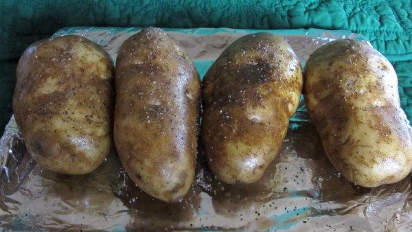Seasoned and oiled potatoes